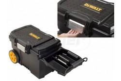 """DeWALT Szerszámtároló gurulós láda, 7"""" kerék, fém teleszkópos fogantyú, max. 40kg, 63x40x42cm,   DWST1-73598  Fém retesz a gyors hozzáféréshez IP43 vízállóság 7"""" kerekek a könnyű mozgatáshoz """"V -árok"""" kisebb alkatrészek elfűrészeléséhez a doboz tetején Bevont fém teleszkópos fogantyú a könnyű manőverezéshez 3 férőhelyes tálca kicsi alkatrészek tárolásához"""